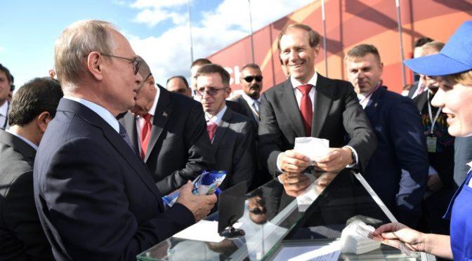 Продавщица на МАКС — Екатерина Сафронова объяснила, почему Путин вновь купил мороженое именно у нее